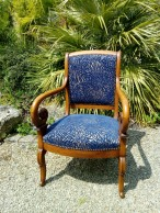 Réfection complète de 2 fauteuils Louis-Philippe. Tissu San Remo de chez Hopke, Finition Clous coloris Anodise