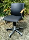 Couverture assise de ce fauteuil de coiffeur suite à une déchirure. Simili cuir Casal, collection Palma, coloris Caviar.