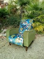 Réfection complète de ce fauteuil des années 60 à armatures métalliques. Dossier et assise réalisés dans le tissu Passiflora de chez Clarke & Clarke (coloris Kingfisher) et accoudoirs réalisés dans le velours Sherborne de chez Jane Churchill.