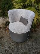 Couverture tissu de ce fauteuil contemporain avec les tissus coordonnés Nymphéa et Maix de chez Casal