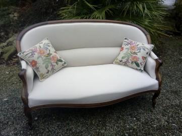Réfection semi-traditionnelle de ce canapé. Tissu Amara, coloris Calcaire de chez Casal, finition double passepoil.