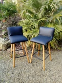 Réfection contemporaine de 4 chaises hautes de cuisine. Simili cuir Palma noir de chez Casal.